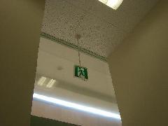 誘導灯吊り金具交換事例