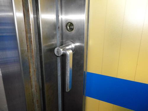 病院の引き戸錠交換前