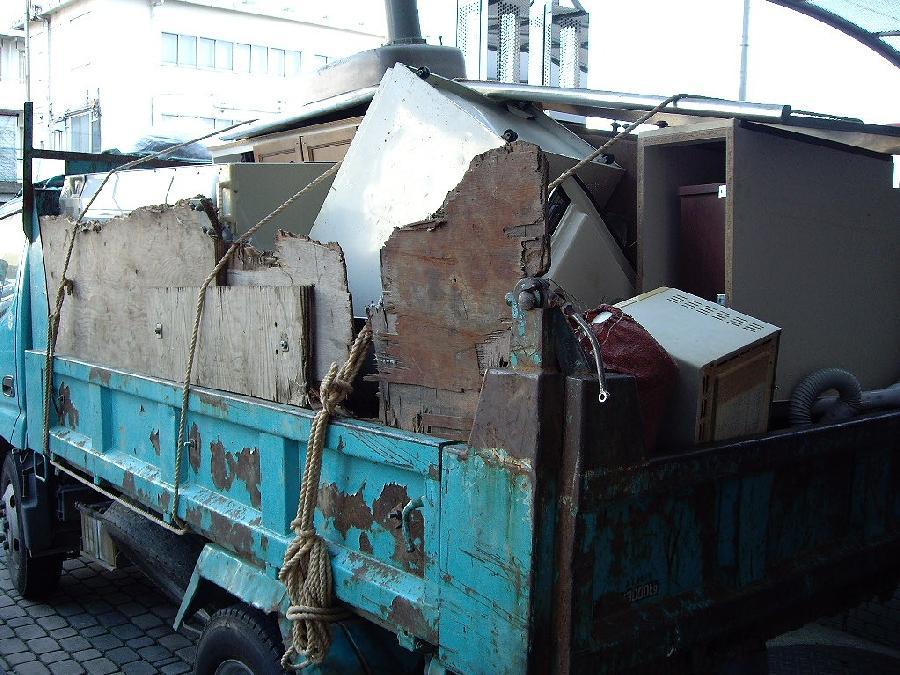 ダンプカーで不用品運搬