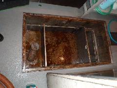 グリストラップ内の清掃及び排水管高圧洗浄