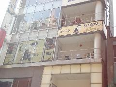 銀座の店舗 階段部分を利用した規格看板