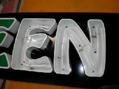 金属の箱文字 内部はネオン