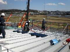 屋上に設置する看板の工事風景
