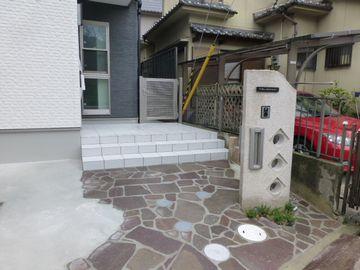 オリジナル門柱を引き立てる乱張り