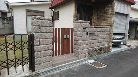 大谷石(おおやいし)門柱を…  (酸性雨 重厚門柱 風格門周り)堺市中区