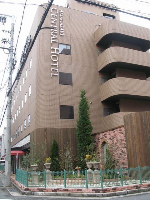 シティーホテルの外構&植栽 (角地の庭 レンガアーチ コニファーガーデン)尼崎