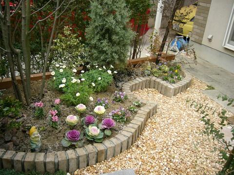 ヴァイオリニストの庭   (ヴァイオリン型の花壇の庭 サークルベンチ ローメンテナンス)
