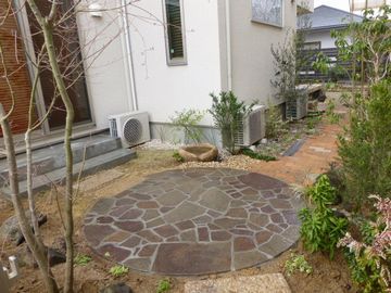 借景の庭    (樹枝板塀の外にサクラの古木を望む レンガ小径 雑木の小径)豊中