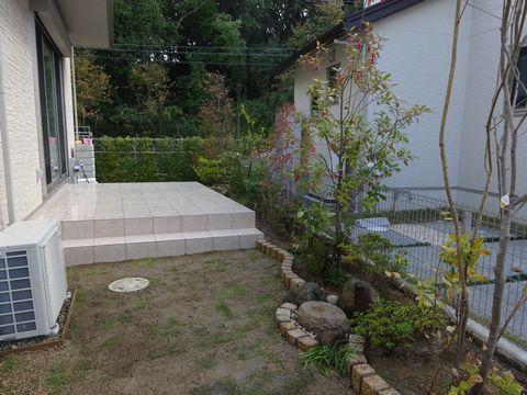 タイルテラスの庭     (エコスマタウン タイルテラス 芝庭 ピンコロ曲線)堺市南区