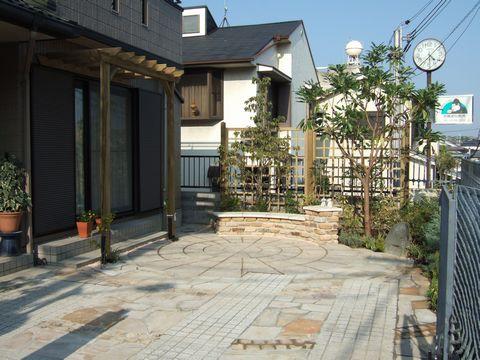 ガレージ土間の庭  (轍駐車場のリフォーム サークル ベンチ ウッドフェンス 同心円)