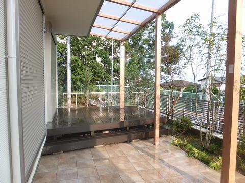 台形樹脂製デッキとテラス屋根 (樹脂デッキ LIXIL 樹ら楽 タイルテラス)