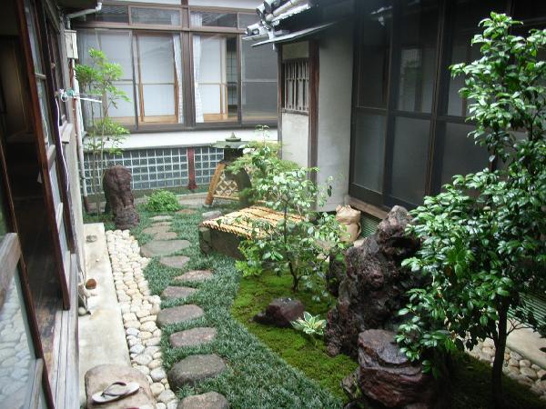 寺院の坪庭 (蘭渓燈籠、光悦寺垣)