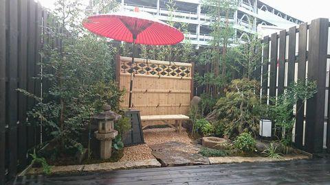 ホテルの坪庭 (竹垣 野点傘 台杉 坪庭 石燈籠 水鉢 インスタ映えの庭)