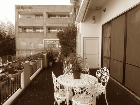 老人ホームのベランダガーデン (電動オーニング ウッドタイル 日光浴の庭)