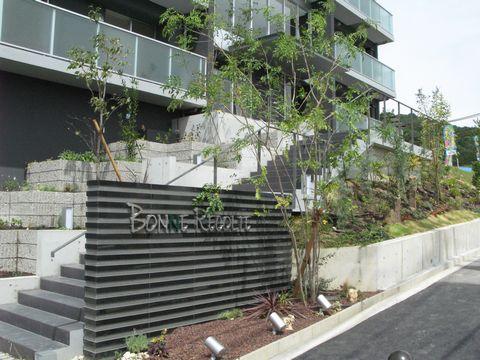 マンションの植栽  (ゼネコンコラボ 法面緑化 ソヨゴ株立ち 階段上植栽桝)箕面