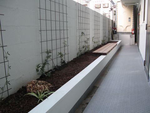 マンション植栽リフォーム(廊下) ウリンベンチ 噴火石敷き つる性植物 日陰の庭
