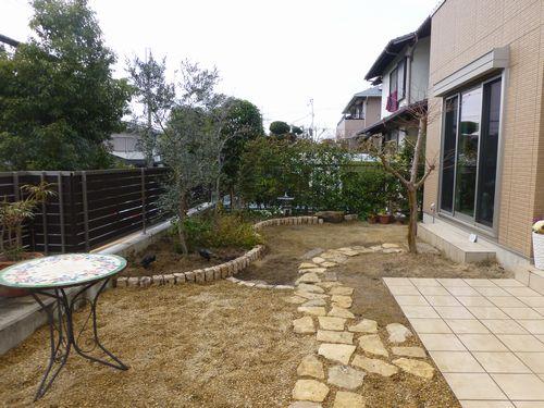 枯芝生撤去に伴う庭園リフォーム  (ピンコロ曲線 おしゃれ街灯)