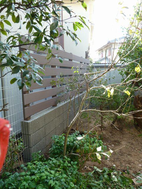 樹木撤去と目隠し塀  (樹脂板塀 プライバシー確保堺 タカショー目隠し)