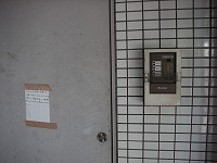 防火戸(左側)と防排煙制御盤(右側)
