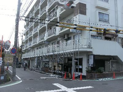 築40年のマンション。外壁に傷みが見られました。