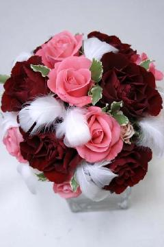 サーモンピンク・赤バラと羽根のブーケ15cm