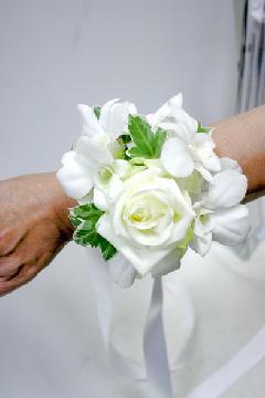 白バラとデンファレのリストブーケ