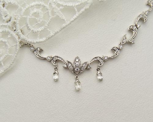 水面に煌めく日差しのような美しいダイヤモンドを使用した、上品なネックレスです。
