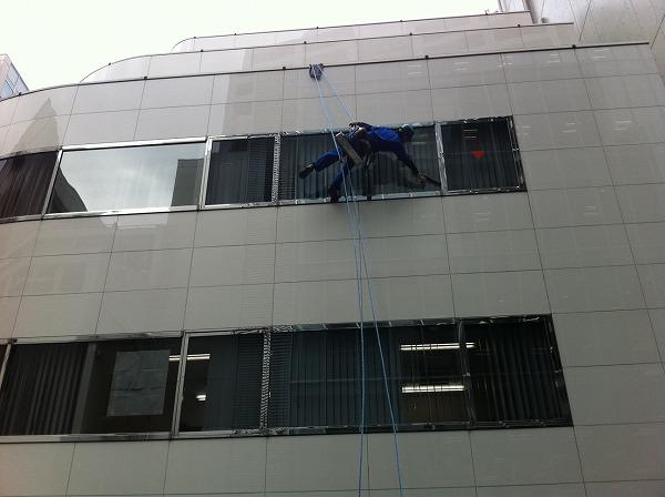 渋谷区オフィスビル高所清掃