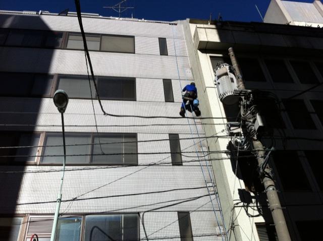 新宿での高所窓ガラス清掃
