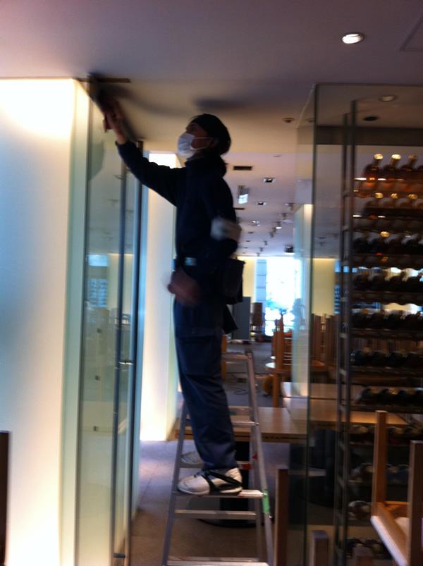 新宿区にある店舗ガラス清掃