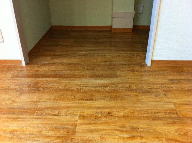 木材の床も綺麗に。