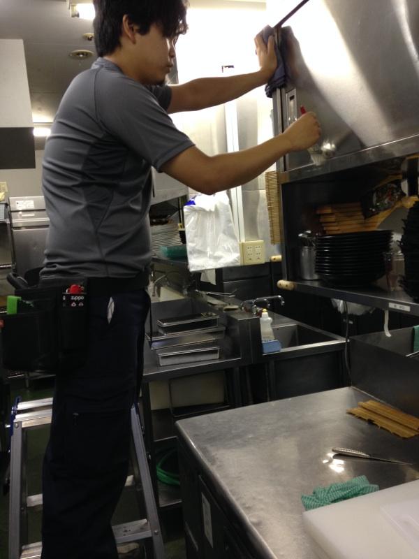厨房の清掃を行うスタッフ