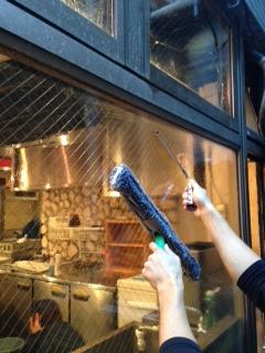 レストランの外面窓ガラス清掃