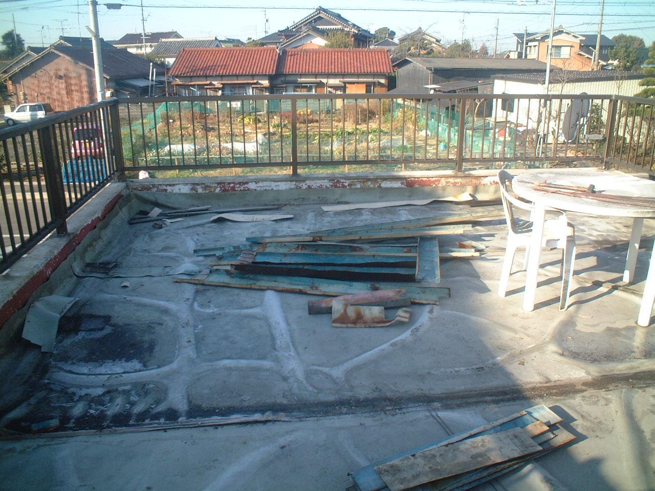 車庫屋根がルーフバルコニーとなっている防水改修工事です。既設の塩ビシートがめくれて、防水になっていません。