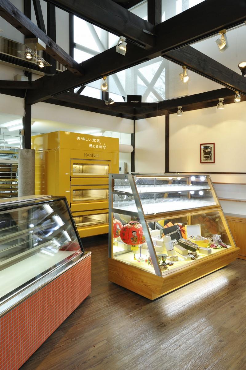 売り場ケーキショーケースと焼き菓子展示ケース