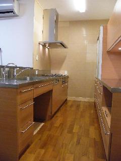 開放感ある2列型キッチン