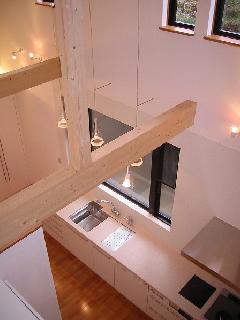 藤沢市の大型住宅!エレガントなホワイト鏡面塗装のキッチン事例