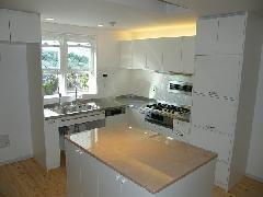 凝縮型のL型+アイランドの充実キッチン