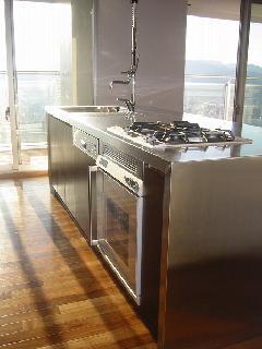 横浜のタワーマンション!ダイナミックなアイランドキッチン事例