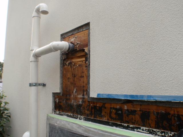 調査をもとに特定した不具合箇所の外壁を撤去。 傷んでしまった木部補修、防水処理を施し外壁を復旧し完了です。