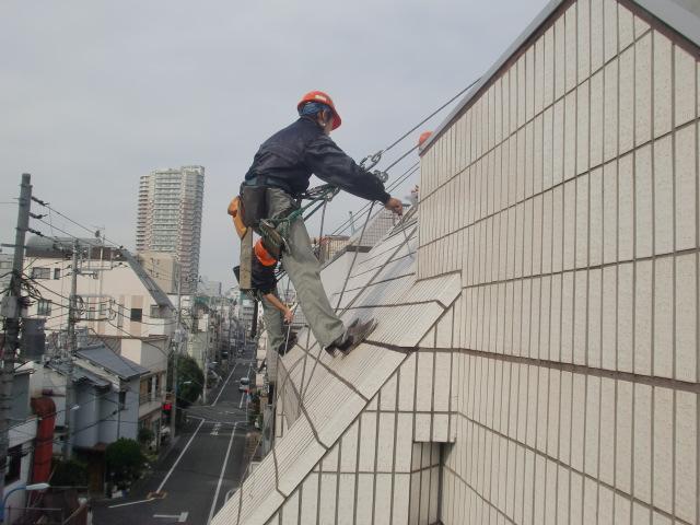 ブランコ工法による、外壁タイルの打診調査。