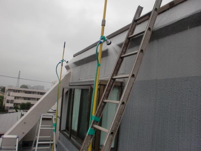まずは雨漏りしている位置の上部階開口部回り。
