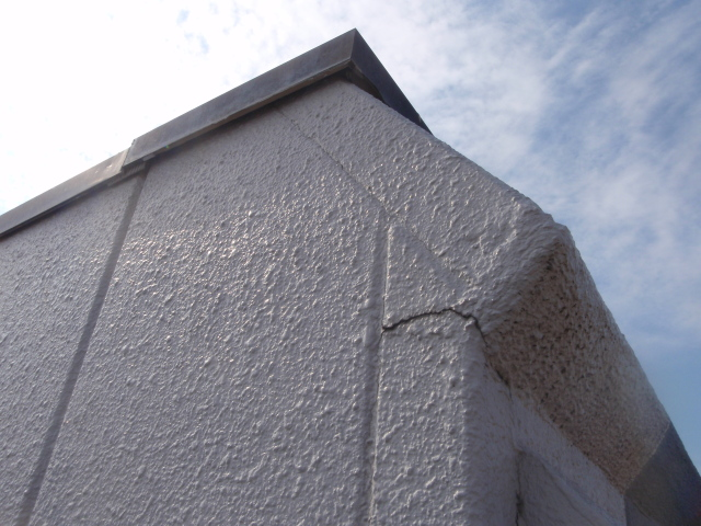 散水調査により、浸水口(外壁クラック及び笠木継ぎ目)を特定。