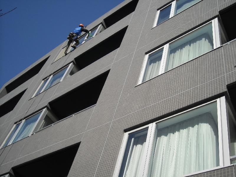ブランコ工法による定期窓ガラス清掃、開かない窓もスッキリキレイに!!