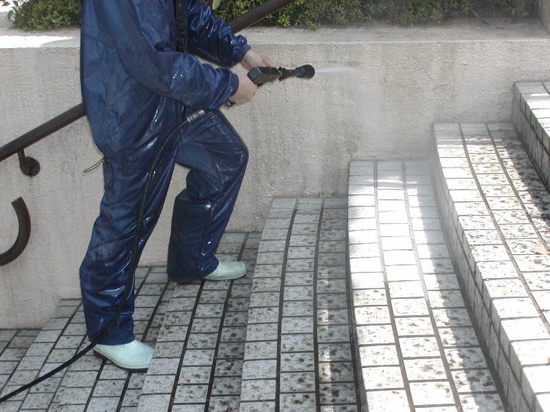 状況によっては高圧洗浄も効果を発揮します。