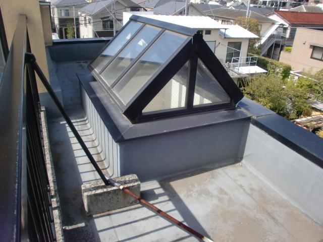 お掃除したくても手が届かない屋根の上などにある天窓トップライト、気持ちのいい光をや青空をいつも見てたいものですね。