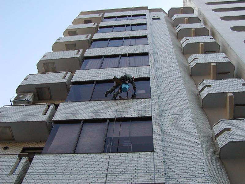 小規模ビルの窓ガラス清掃にブランコ工法は欠かせませんね。