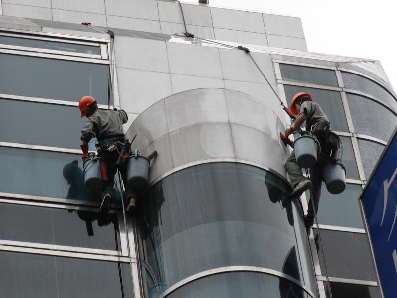 複雑な建物も可能な限りロープアクセスで対応。