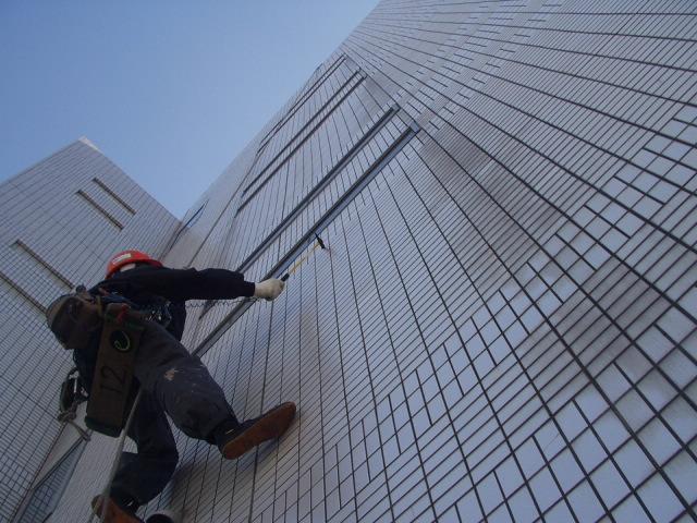 ビルの屋上からブランコ足場工法により下降しながら、外壁タイルの割れ、ヒビ、欠損、浮きなどをチェック。