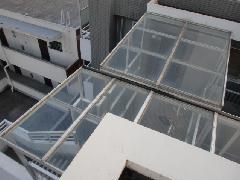 東京都品川区のマンションで実施!トップライト・雨樋清掃作業事例